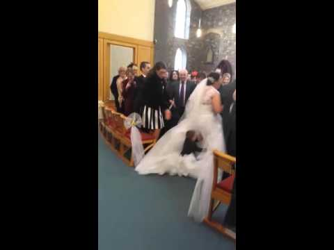 Unerzogener Junge vs. Hochzeitskleid